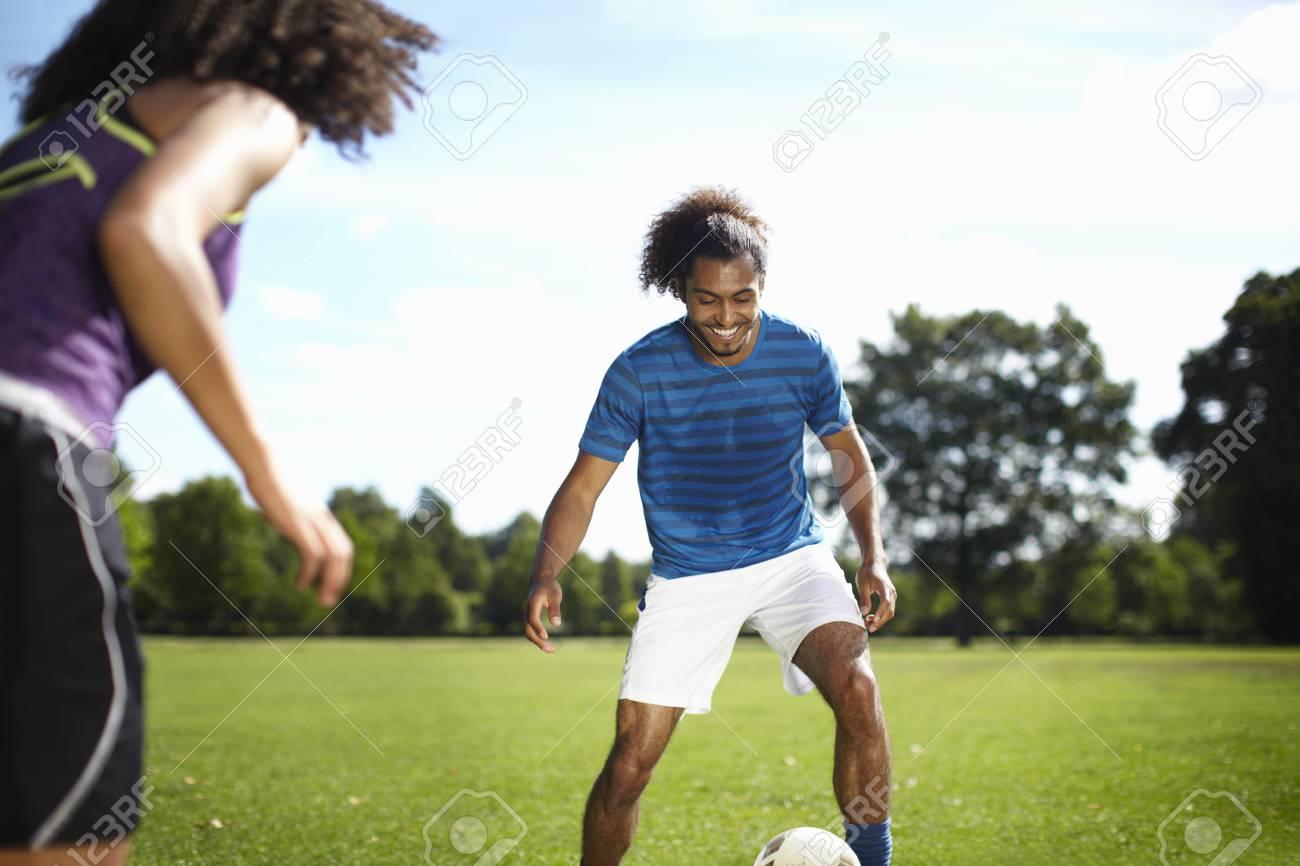 Pareja Joven Jugando Futbol Juntos En El Parque Fotos Retratos