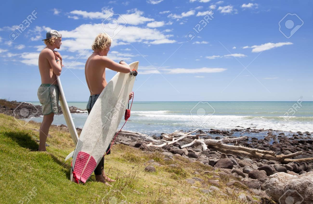 imagenes de hombres mirando el mar