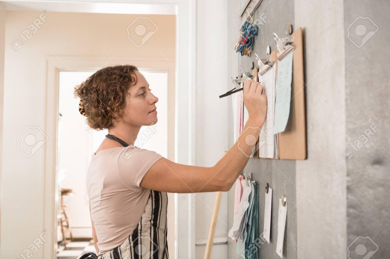 Scrittura Femminile Del Commesso Sui Appunti Del Muro In Cucina Al ...