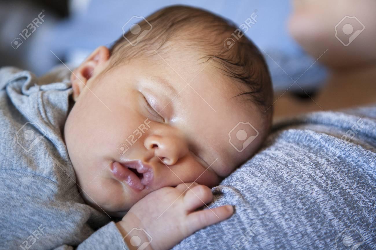 Baby Schläft Auf Der Brust Der Mutter Lizenzfreie Fotos Bilder Und