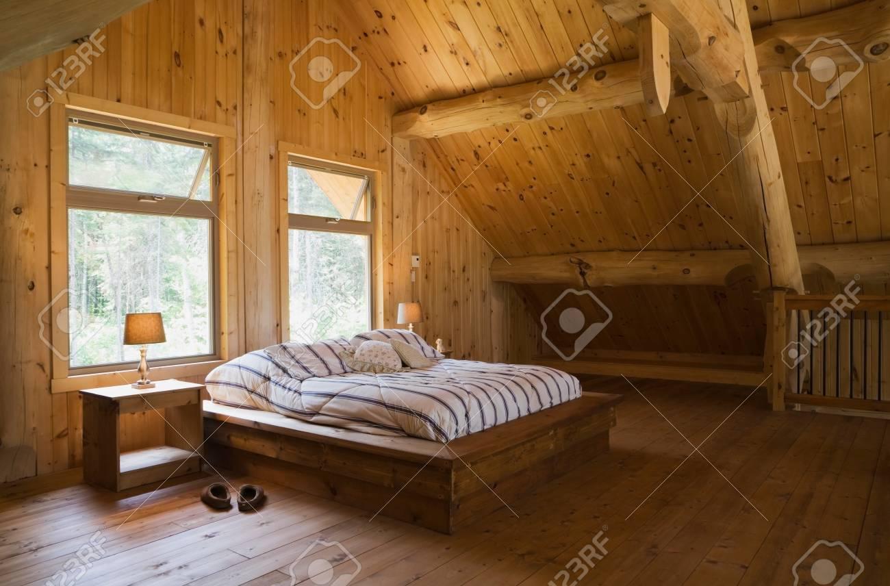 King-Size-Bett Mit Holzbettrahmen Im Hauptschlafzimmer, Im ...