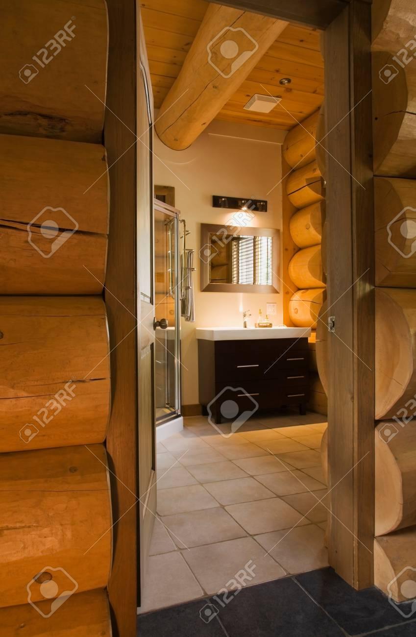Cabina Doccia In Legno.Bagno Ospiti Con Box Doccia In Vetro E Vanita In Legno All Interno Di Uno Stile Scandinavo Cottage Log Casa