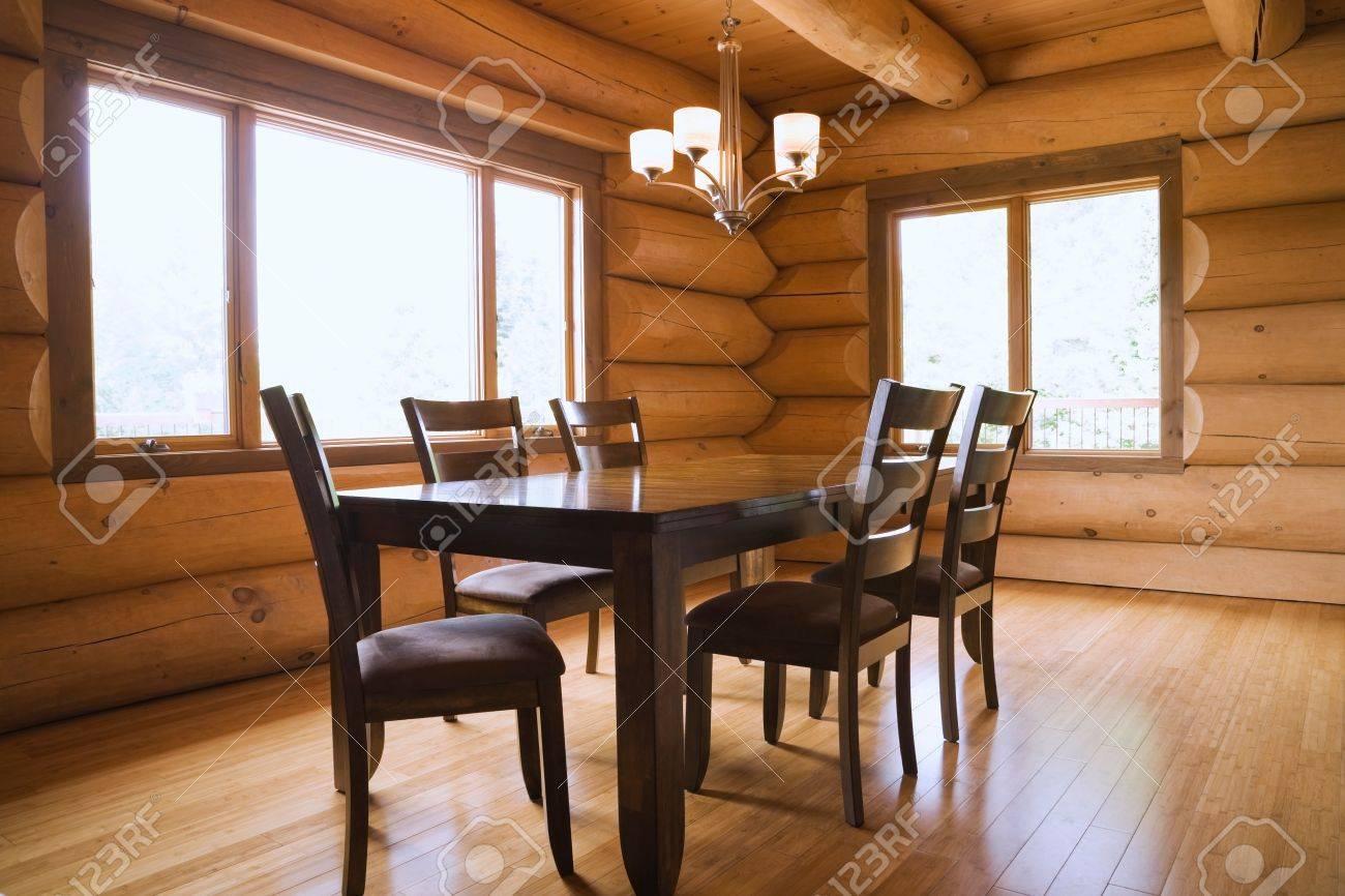 Holz Esstisch Und Stühle Mit Hoher Rückenlehne Im Esszimmer Eines  Skandinavischen Landhausstil Blockhauses Standard
