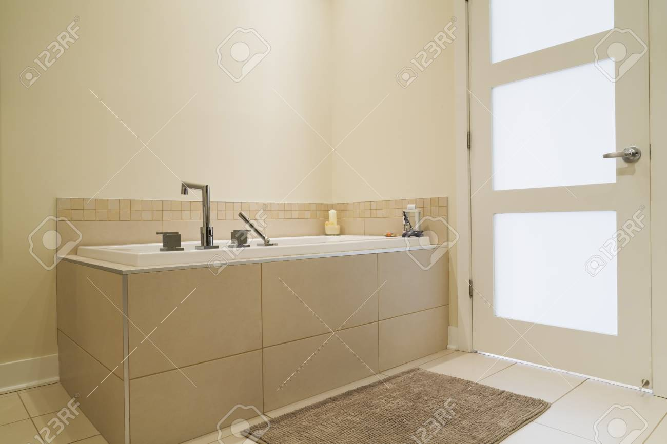 Vasca Da Bagno Espanol : Immagini stock vasca da bagno immersa in una base di piastrelle di