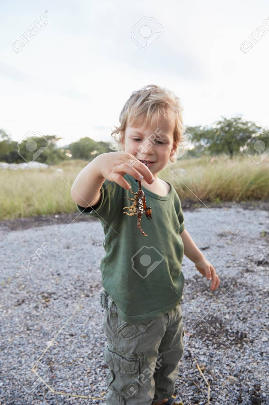 https://previews.123rf.com/images/imagesourceprem/imagesourceprem1709/imagesourceprem170955252/86286000-portrait-of-young-boy-holding-scorpion-otavi-etosha-namibia.jpg