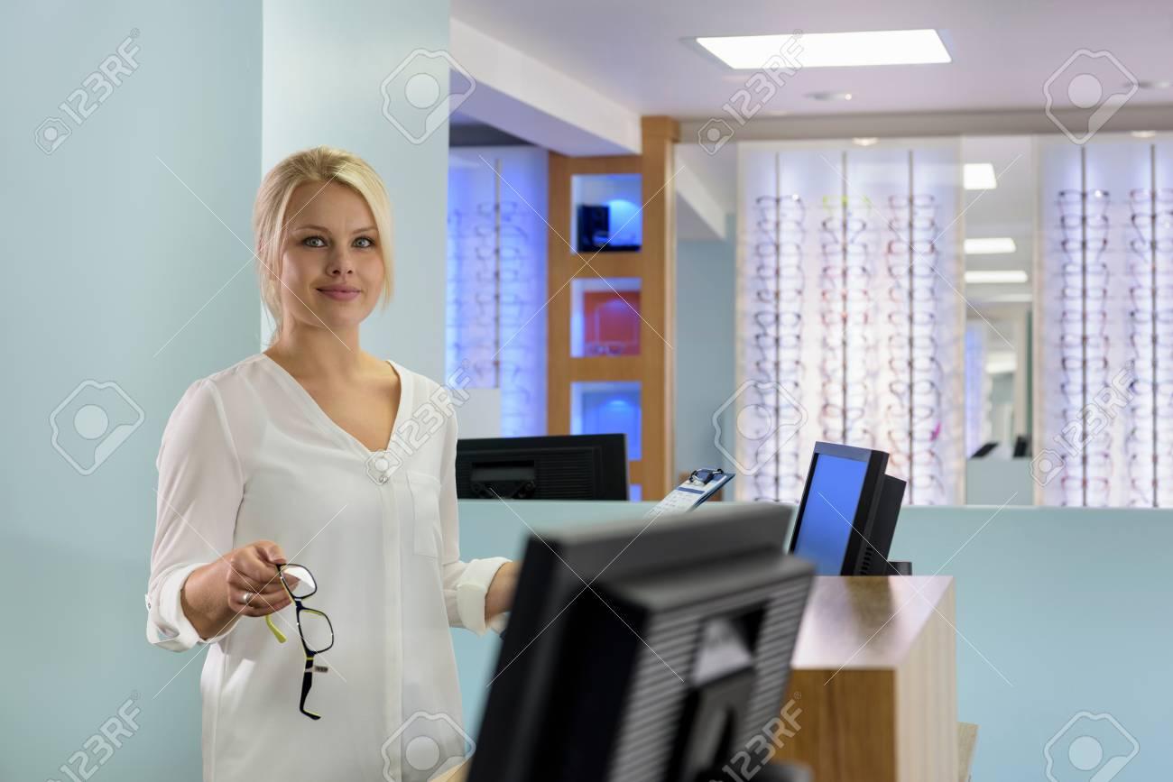 Portrait de réceptionniste au bureau accueillant les patients
