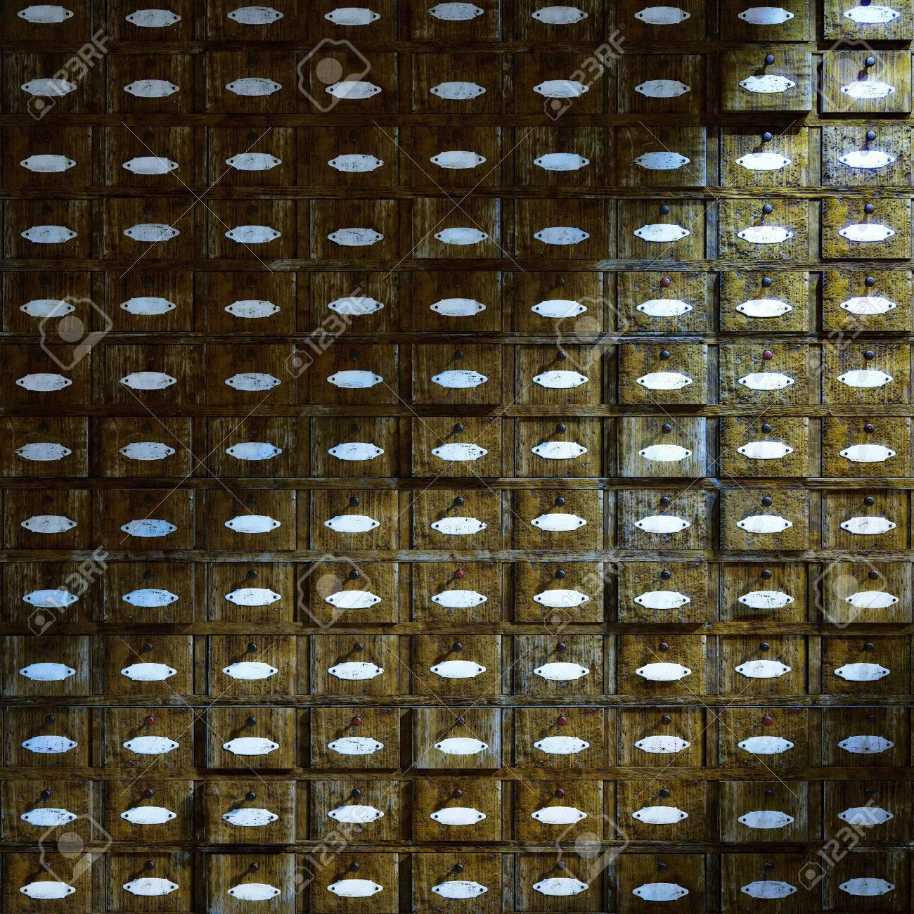 Vor einem alten Holzschrank mit Schubladen Standard-Bild - 26047077