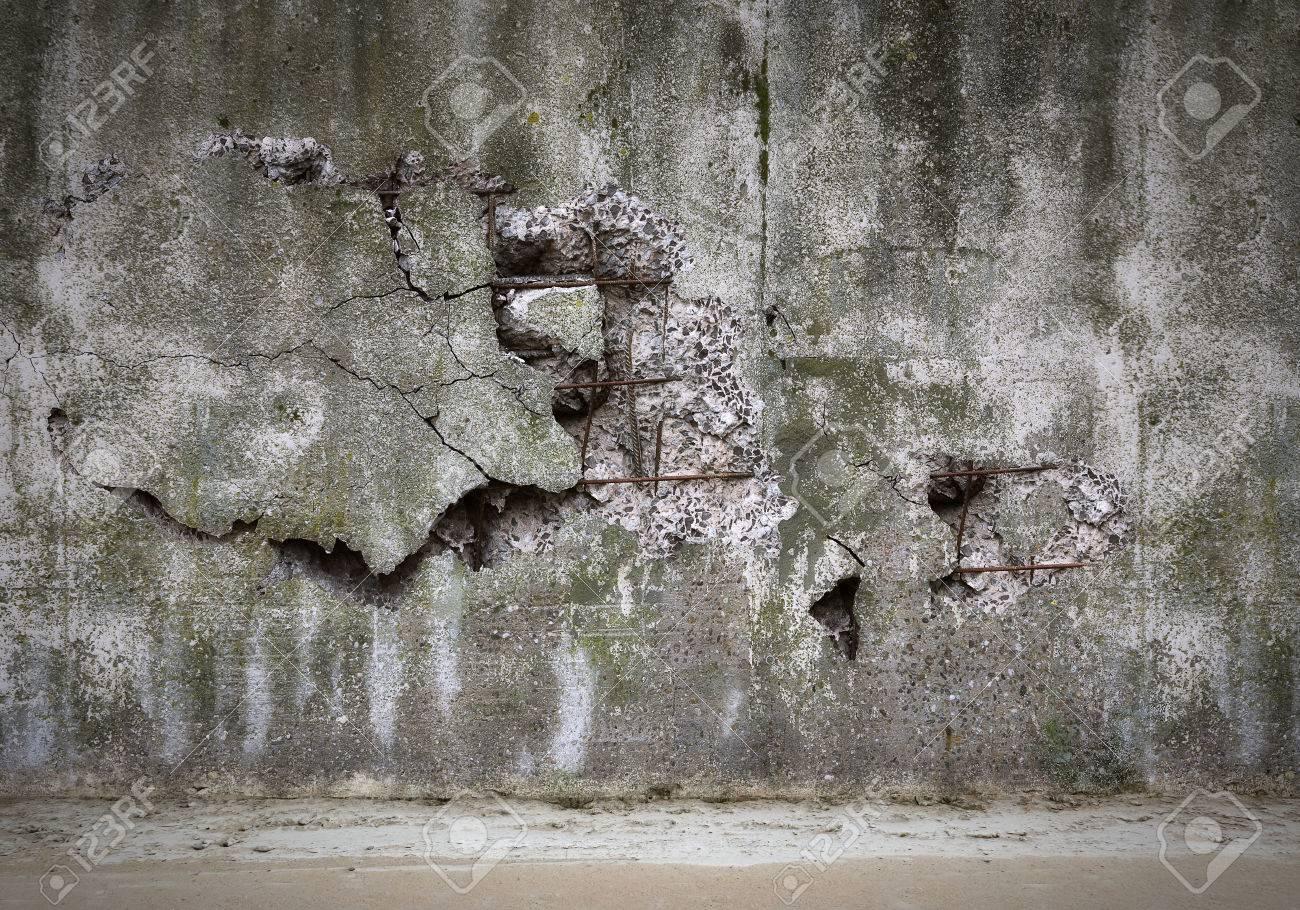 Alte beschädigte Betonwand Standard-Bild - 26048551