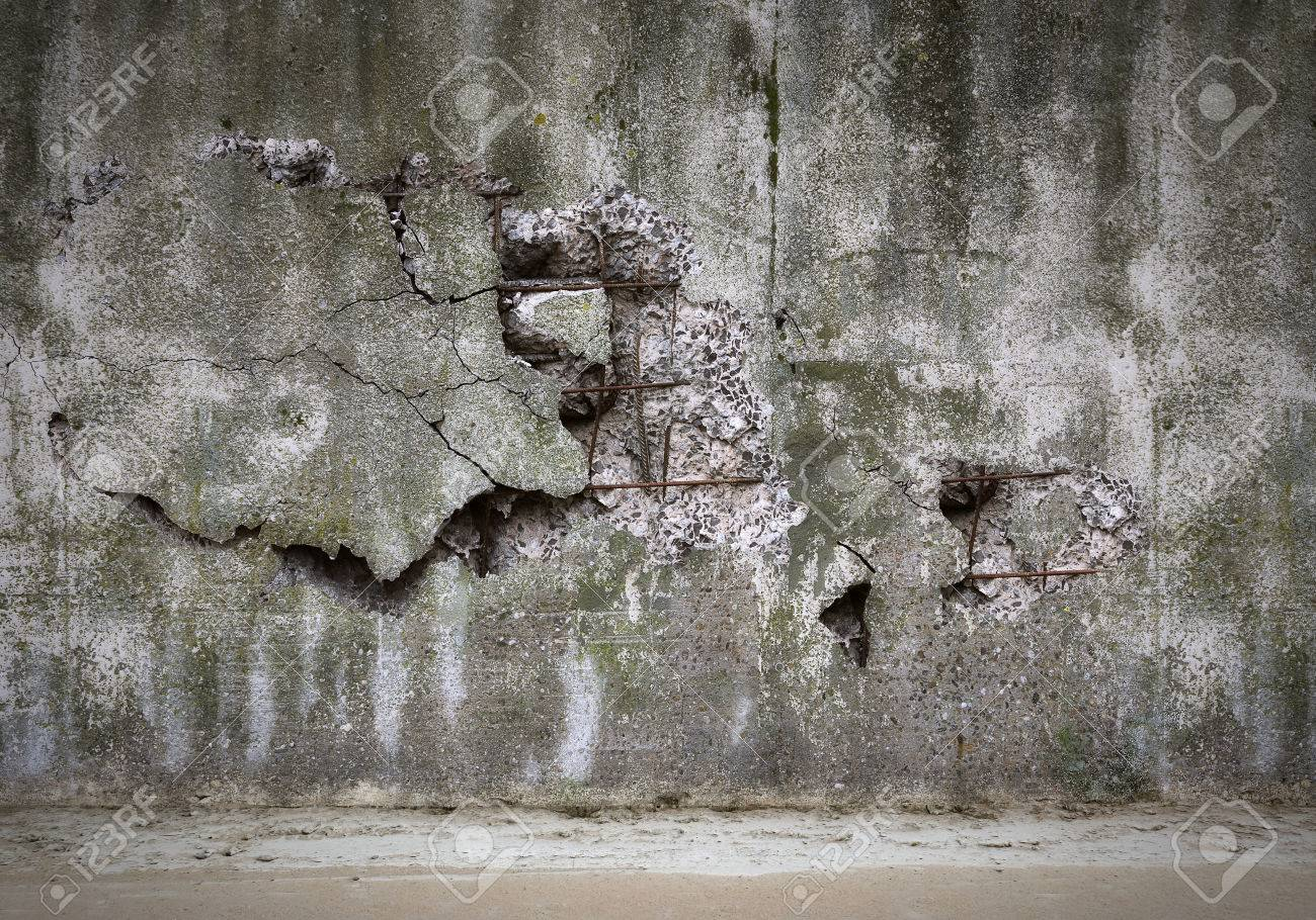 Old damaged concrete wall Standard-Bild - 26048551