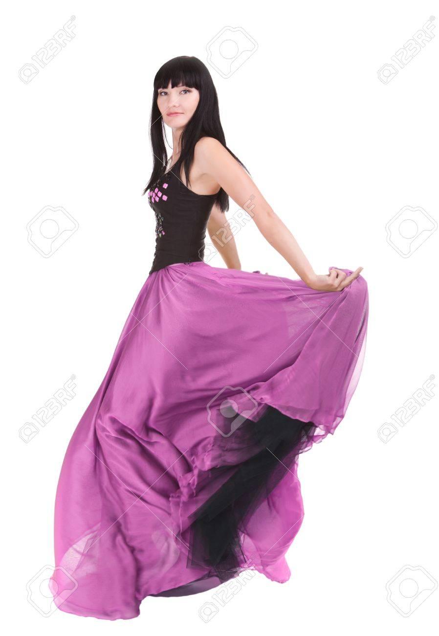 Hermosa mujer asiática dando vueltas en su vestido de moda color púrpura