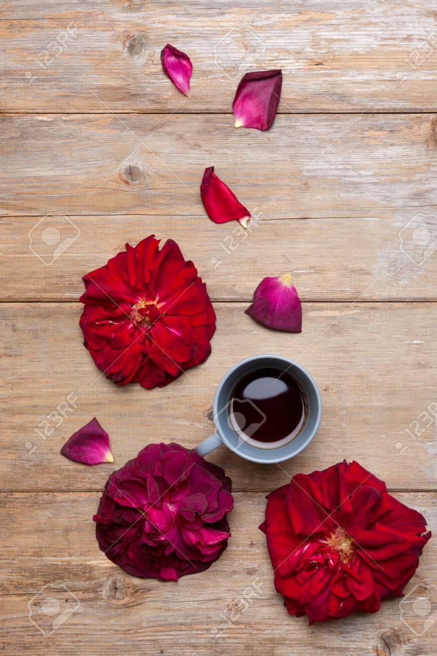 Fiori Di Ceramica.Delizioso Caffe Nero In Tazza Di Ceramica Grigia Circondata Da Fiori Di Rosa Rossa