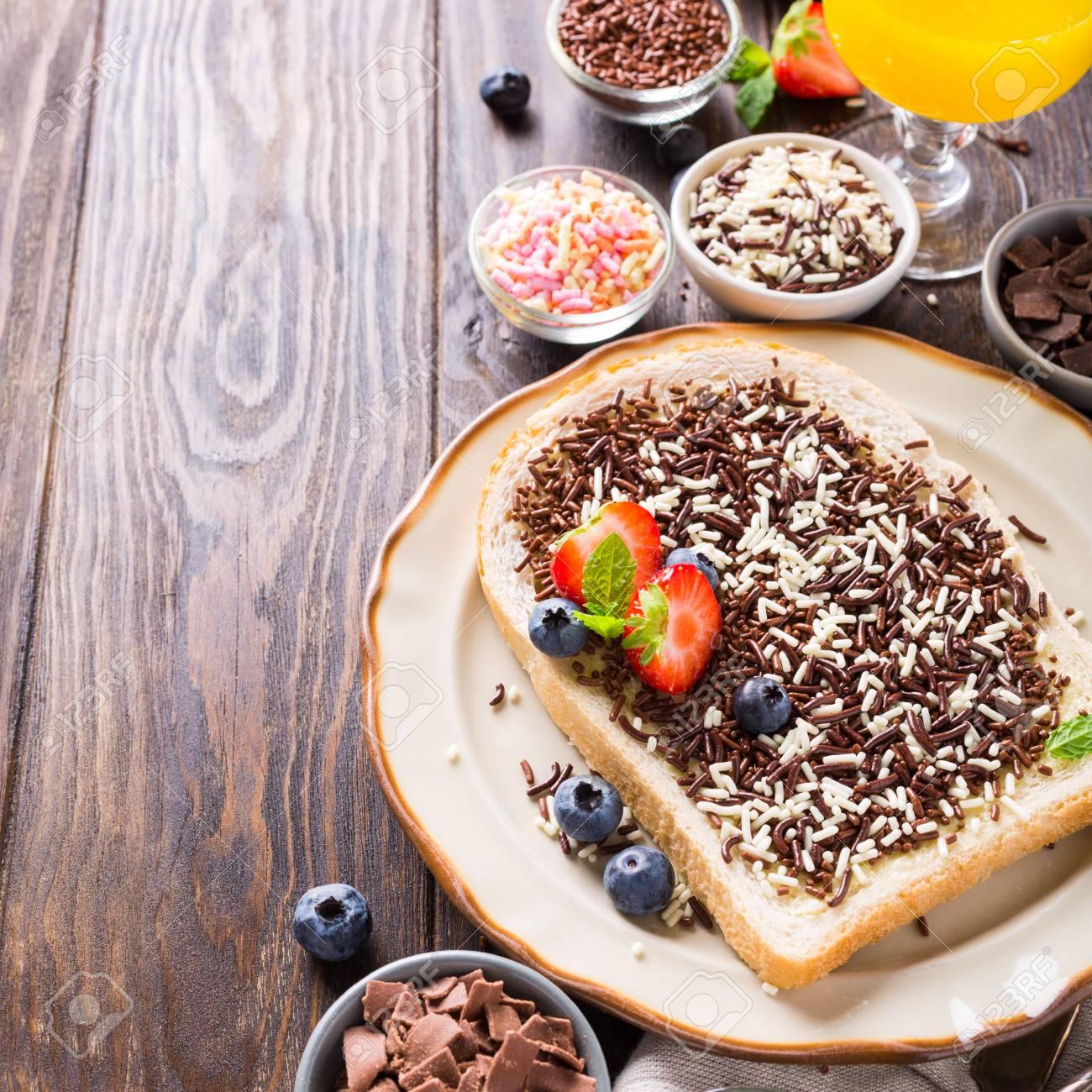Banque d images - Petit déjeuner hollandais, tranche de pain avec des  pépites de chocolat hagelslag et des baies. Copiez l espace. a3300492ab5b