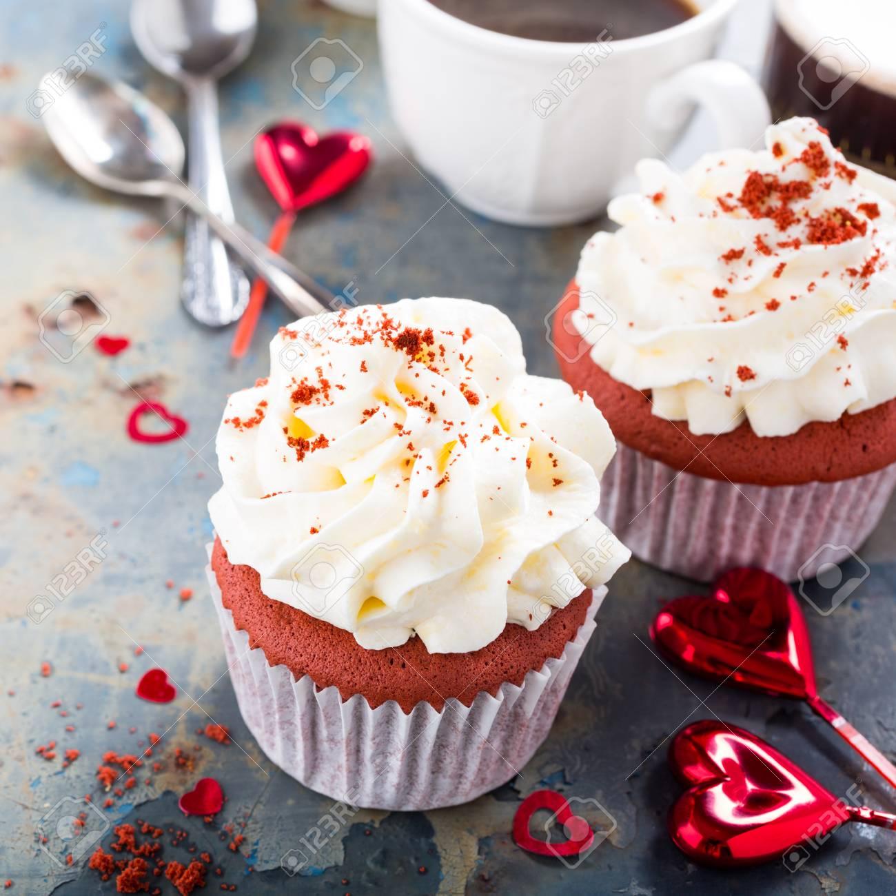Kostliche Rote Samt Cupcakes Auf Alten Rostigen Metall Hintergrund