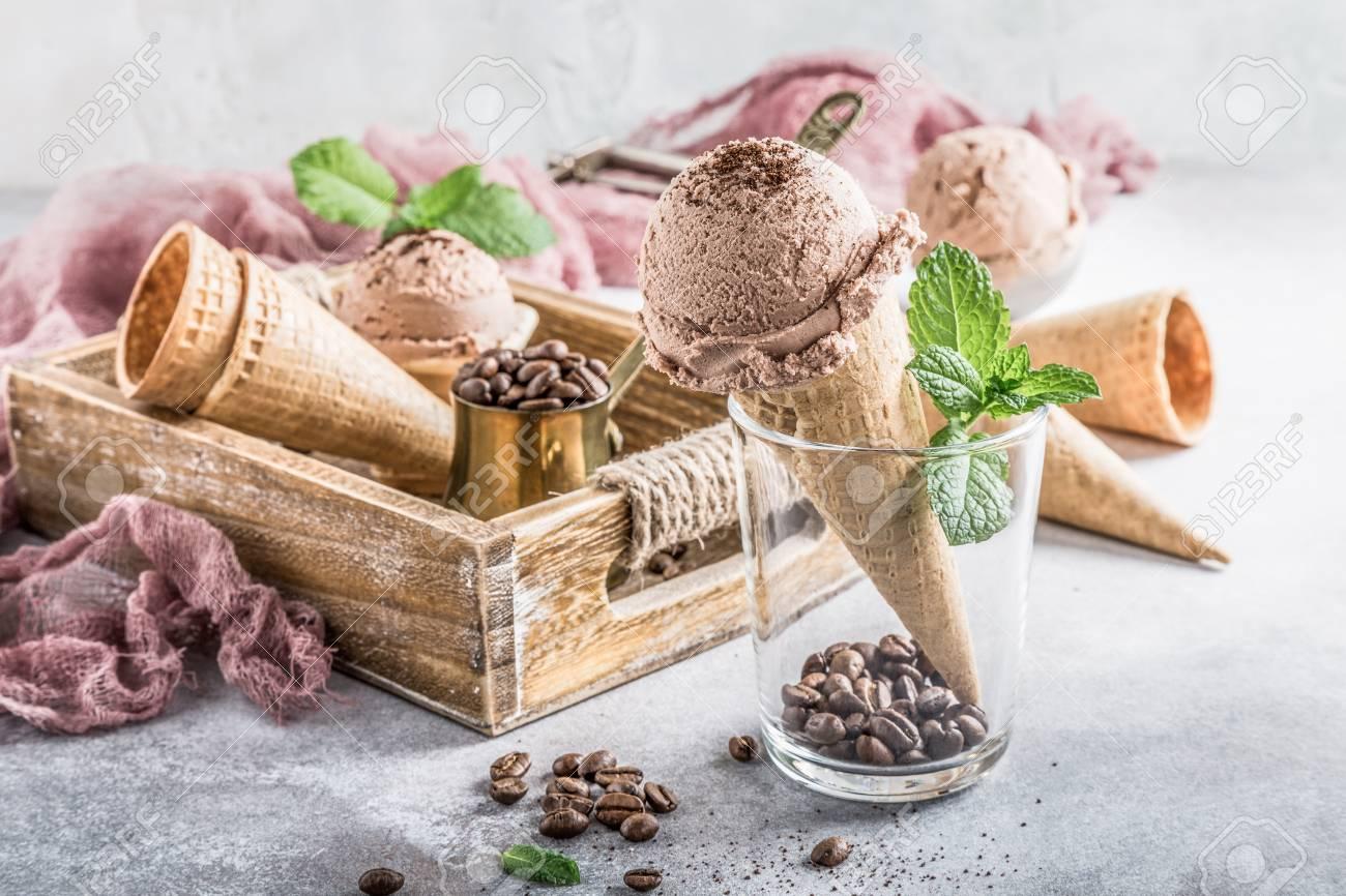 Vassoi In Legno Con Vetro : Cono di cialda con gelato al caffè in vetro e ingredienti in