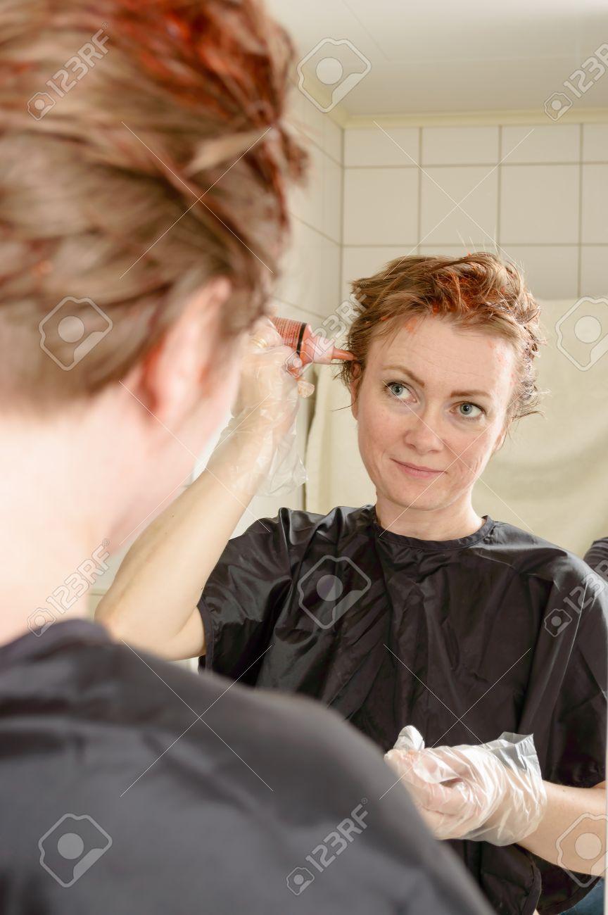 Resultado de imagen para foto de mujer tiñendose el cabello