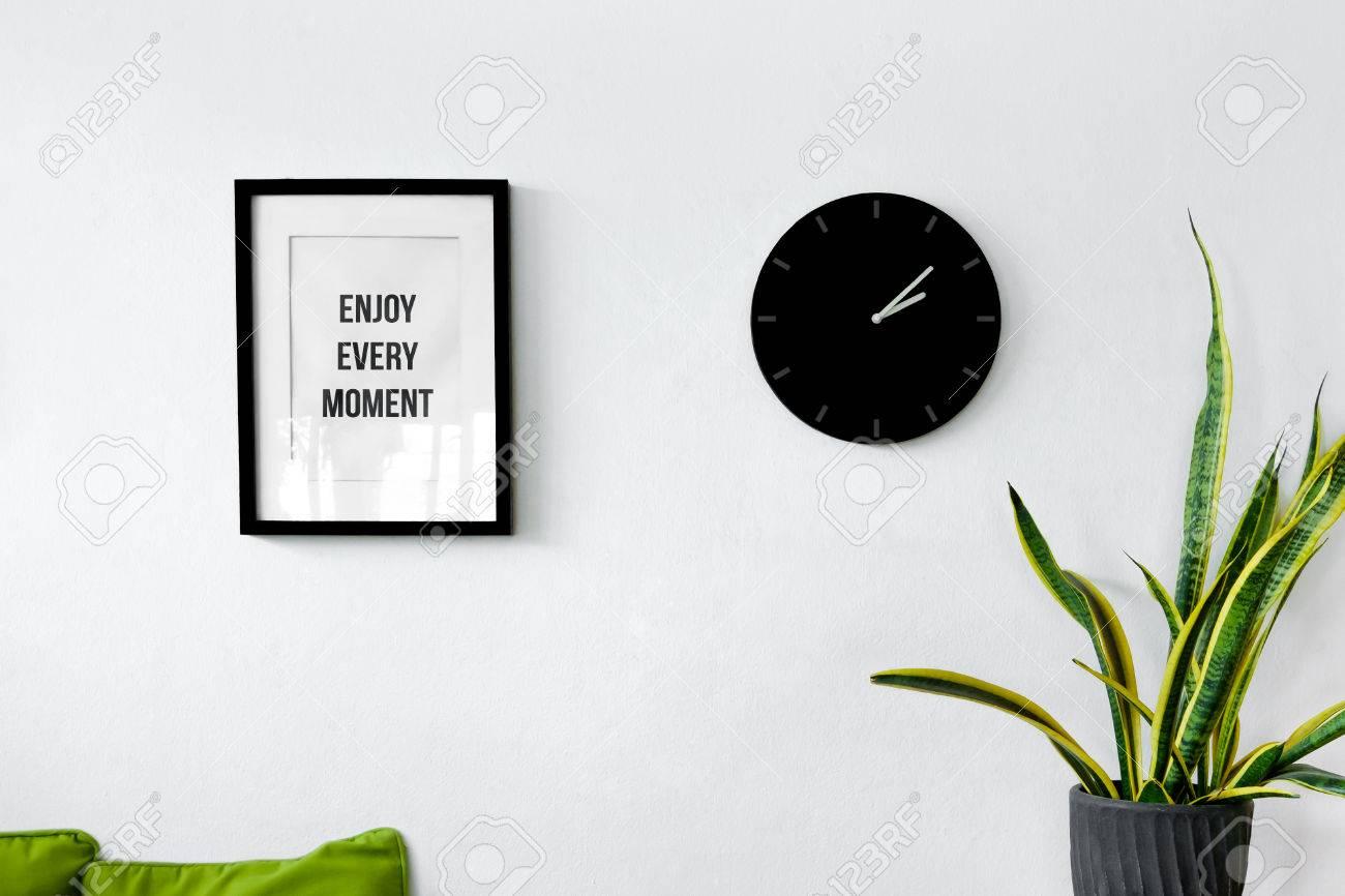 Weiße Wanddekoration Mit Bilderrahmen, Uhr Und Pflanzen Lizenzfreie .