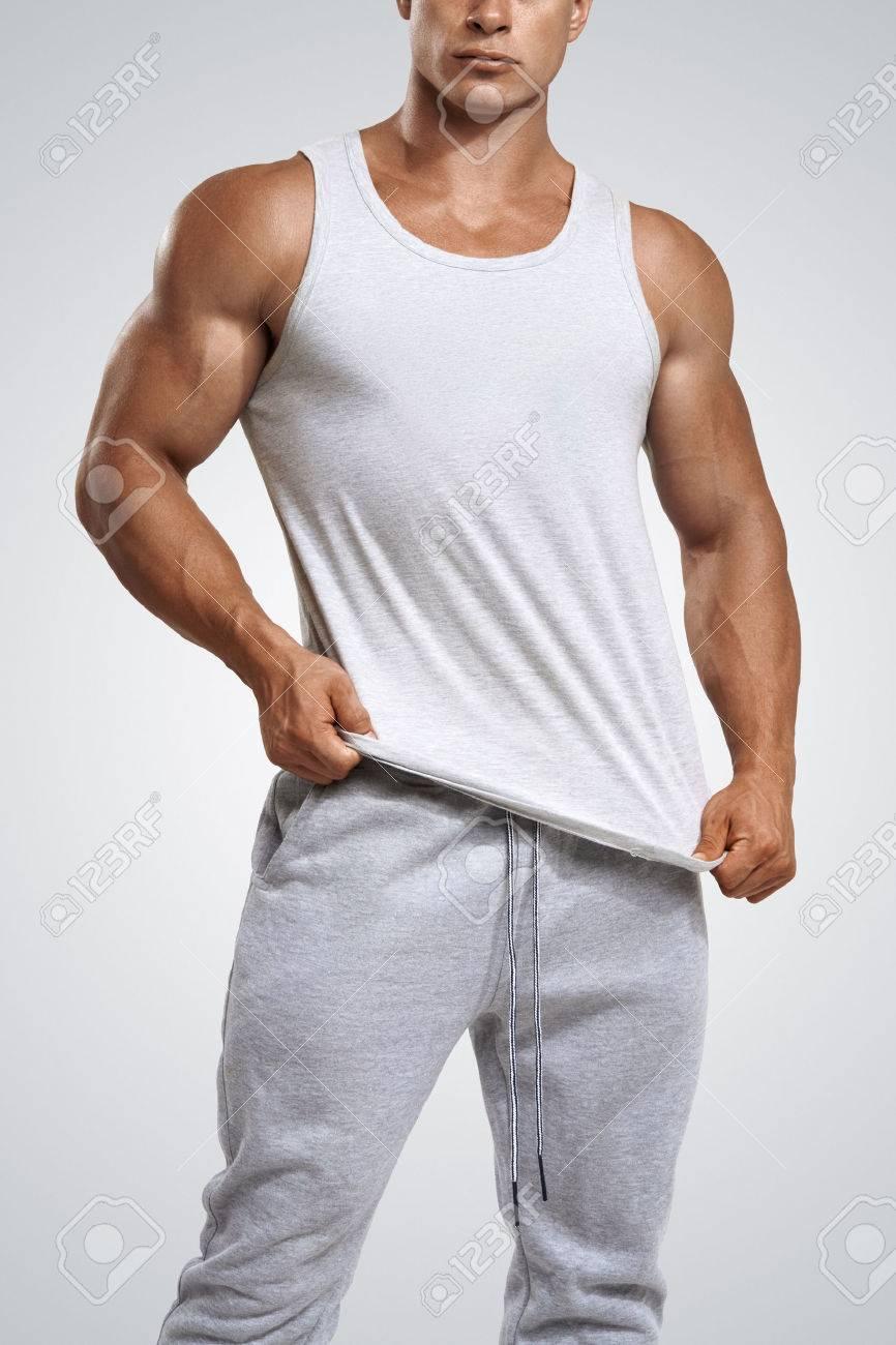 Studio photo d'un jeune homme de fitness