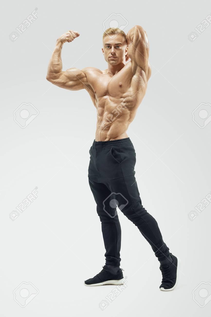 Bodybuilder Mit Muskulösem Körper, Der Sich Vorwärts Schaut ...