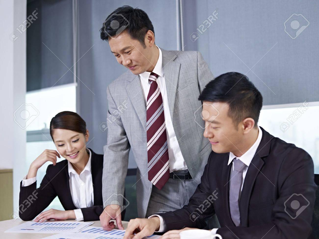 オフィス ビジネスを議論するアジア ビジネス人々 ロイヤリティーフリー