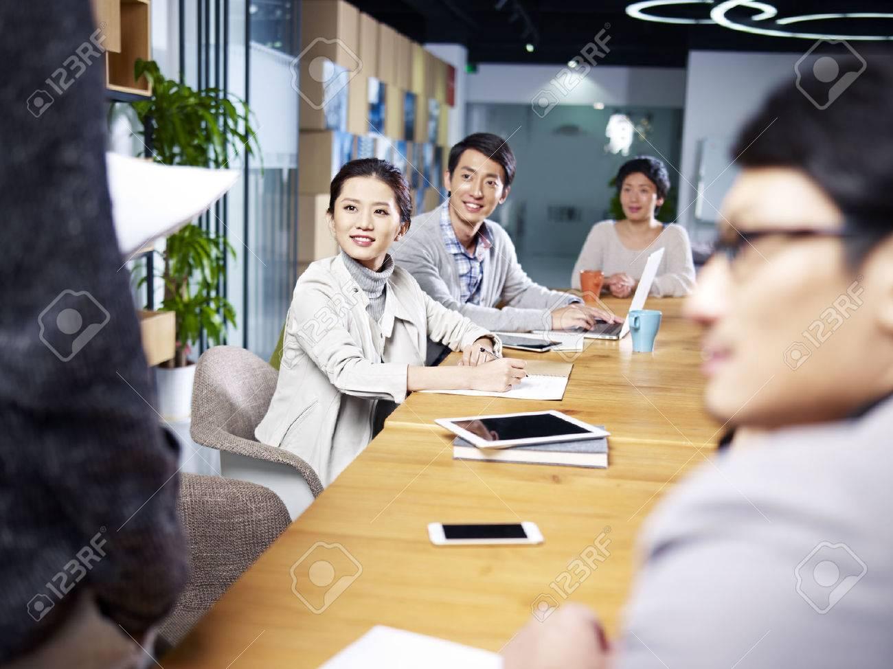 Une équipe de jeunes entrepreneurs asiatiques se réunissant au