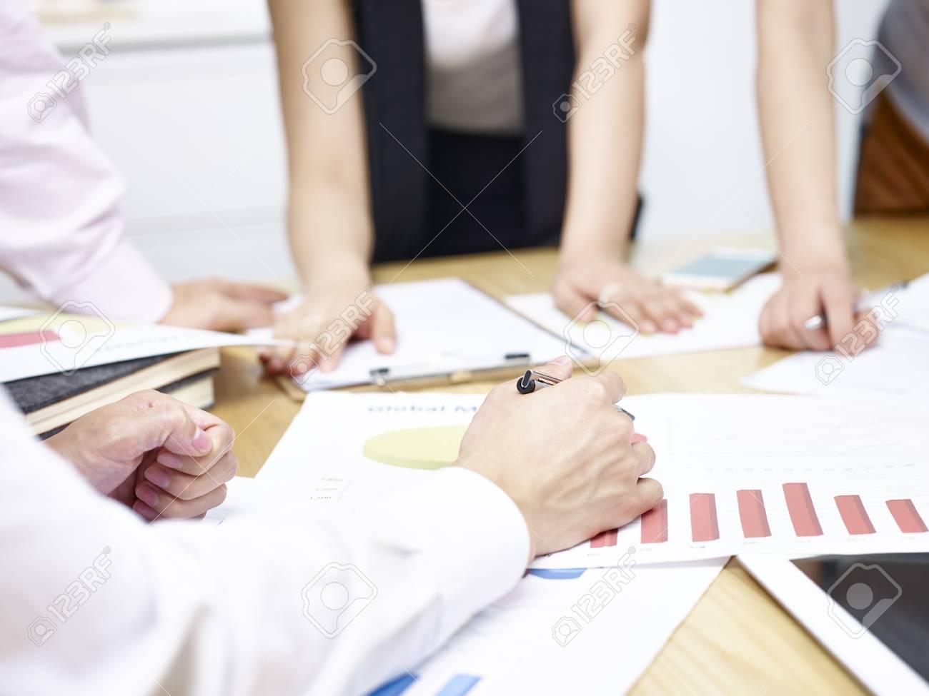 Un groupe de jeunes gens d affaires réunis au bureau pour analyser