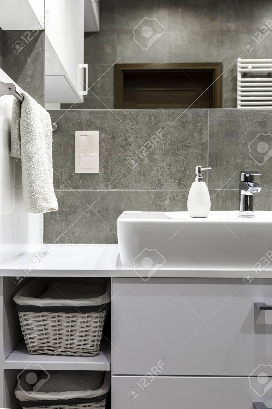Azulejos Muebles Grises Y Blancas En Cuarto De Baño Moderno Fotos ...