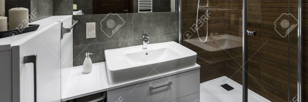 Klassische Weiße Waschbecken Im Modernen Design-Badezimmer, Panorama ...