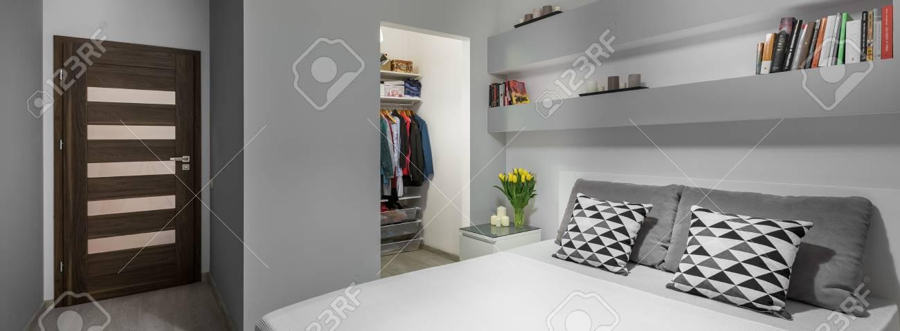 Doppelbett Und Großer Kleiderschrank Im Modernen Schlafzimmer ...