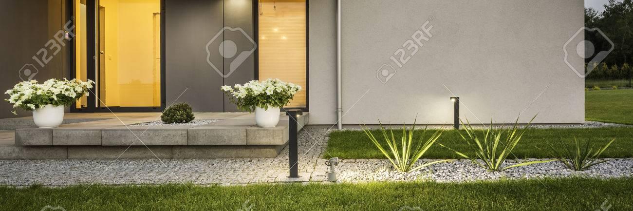 banque dimages maison contemporaine avec jardin et clairage extrieur deorative vue extrieure panorama