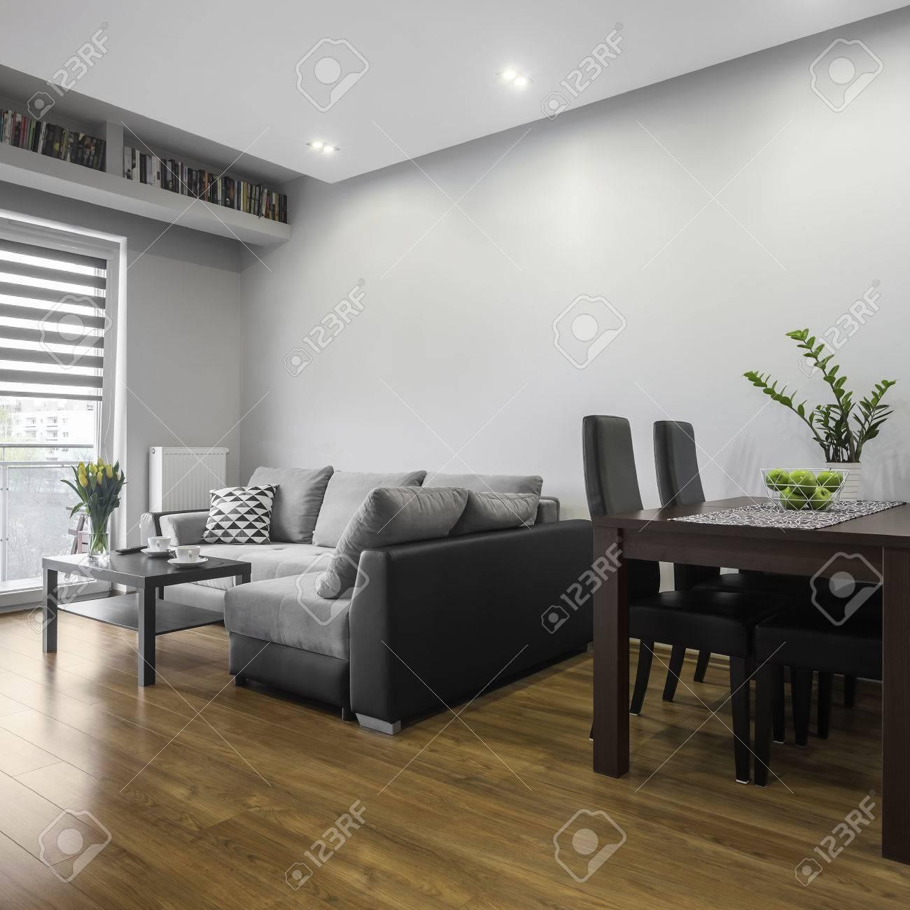 Simple conçu salon moderne avec salle à manger