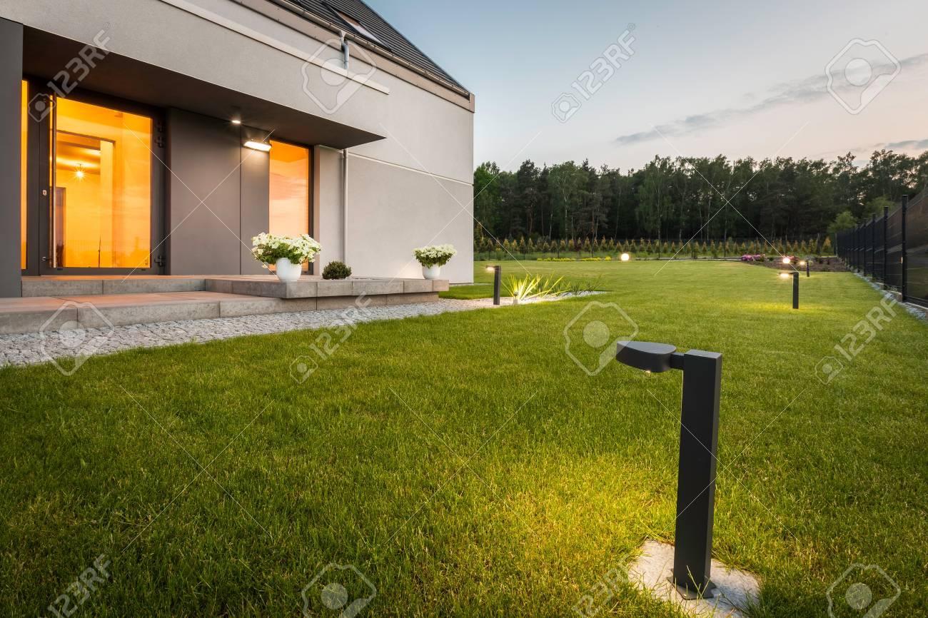 Illuminazione Esterna Villa Moderna : Immagine di villa moderna con giardino e illuminazione decorativa