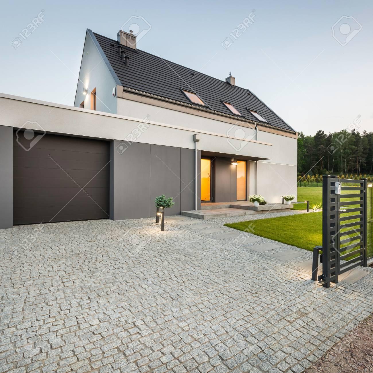 Stein Einfahrt, Garage Und Großem Garten Am Design-Haus ...