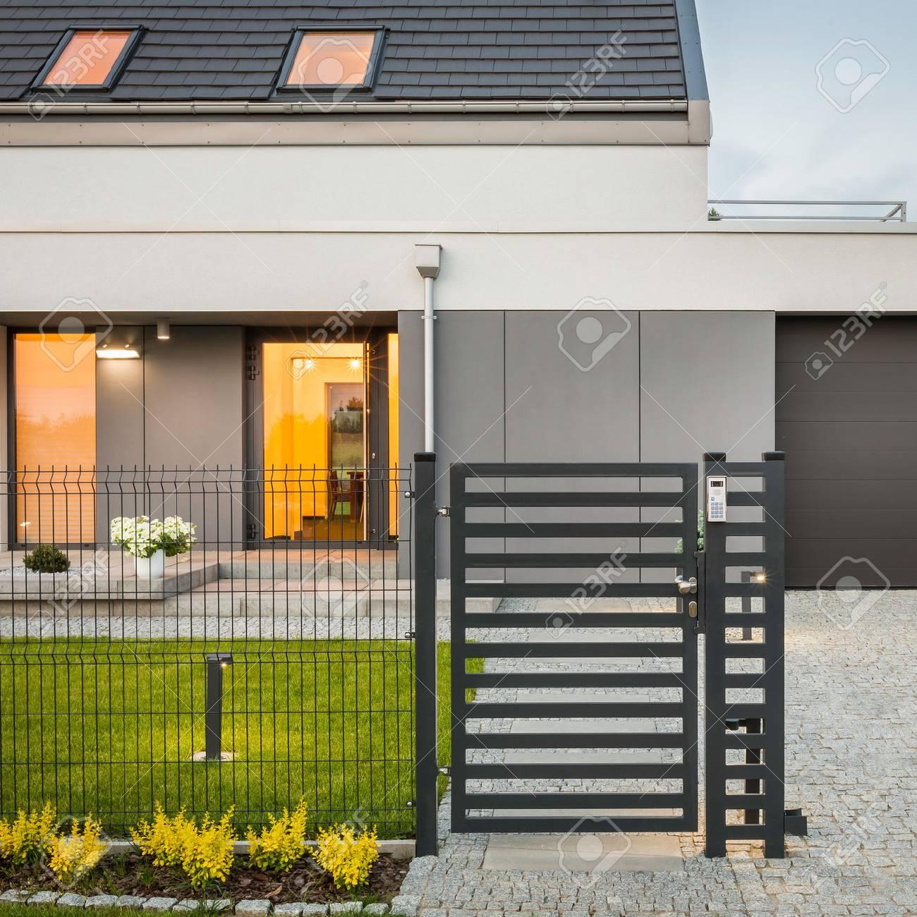 Außenansicht Der Modernen Design-Haus Mit Dekorativen Zaun ...