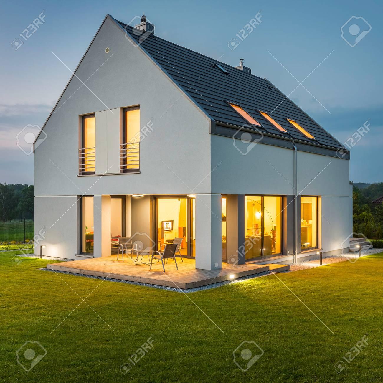 Sehr Schönes Haus Mit Garten Und Dekorativen Außen- Und ...