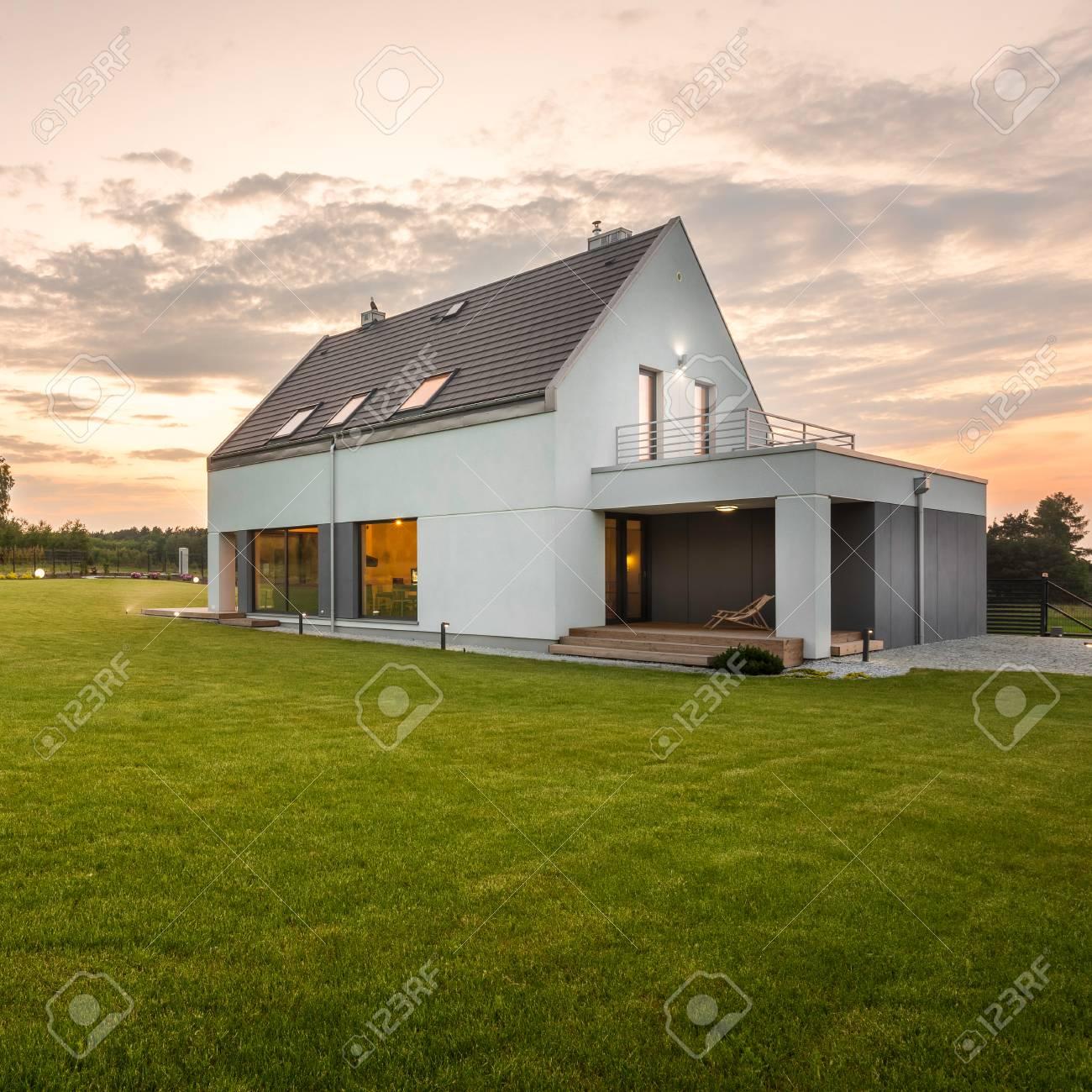 Design Moderne Villa Blanche Avec Jardin Grande Et Simple, Vue Sur L ...