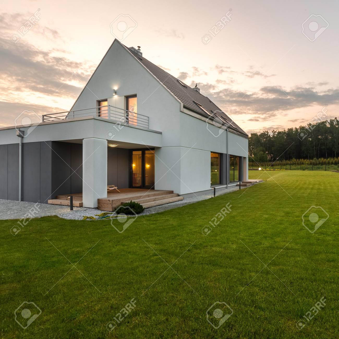 Außenansicht Des Modernen Stil Haus Mit Breiten Grünen Rasen ...