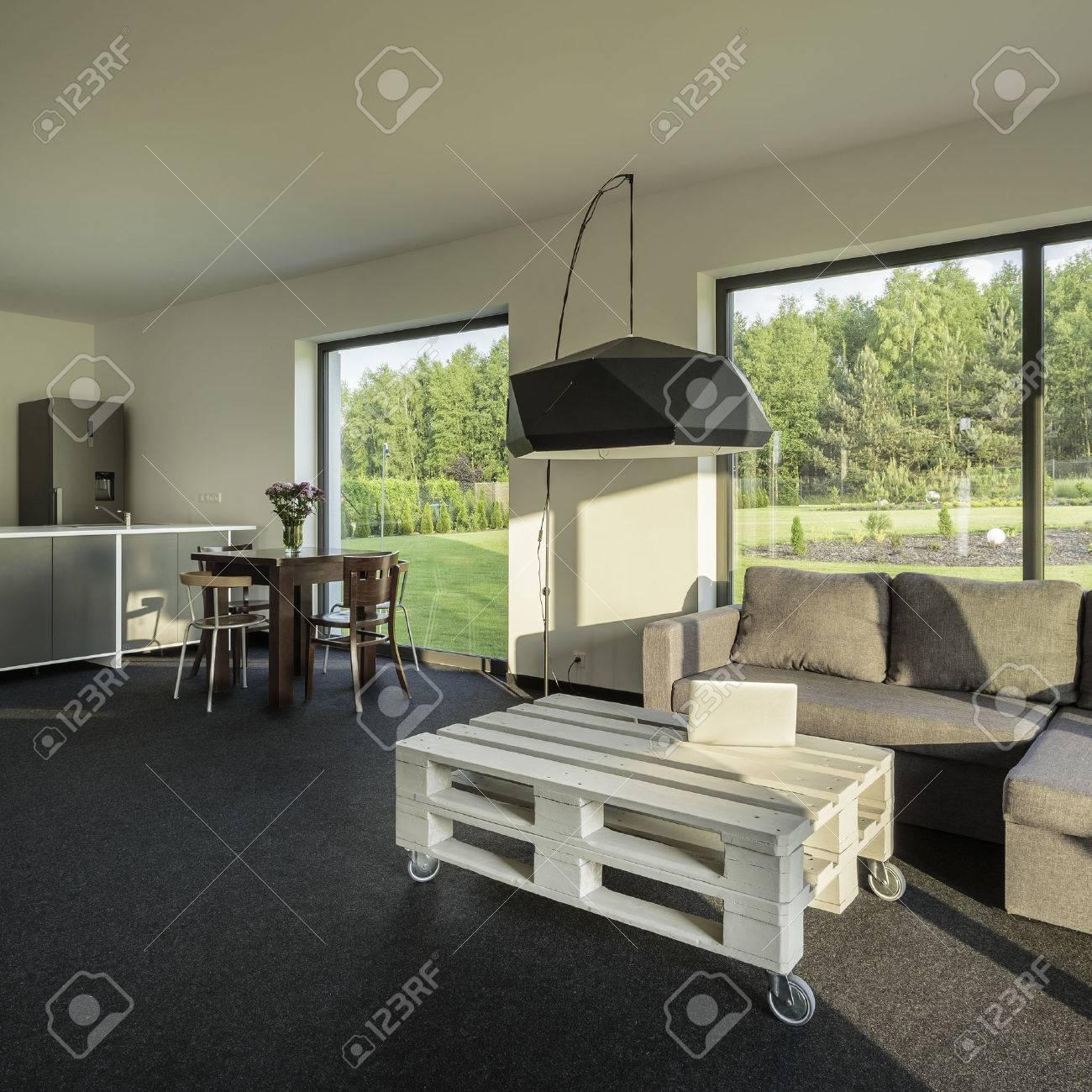 Hell, Geräumig Und Modern Inter Mit Wohnzimmer Und Offener Küche ...