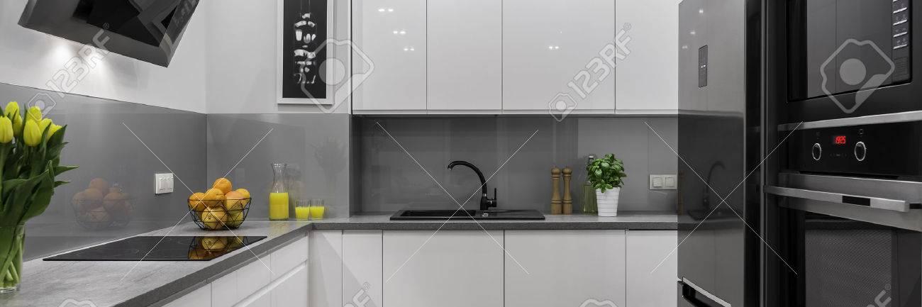 Moderne Und Komfortable Weisse Und Graue Kuche Panorama Lizenzfreie