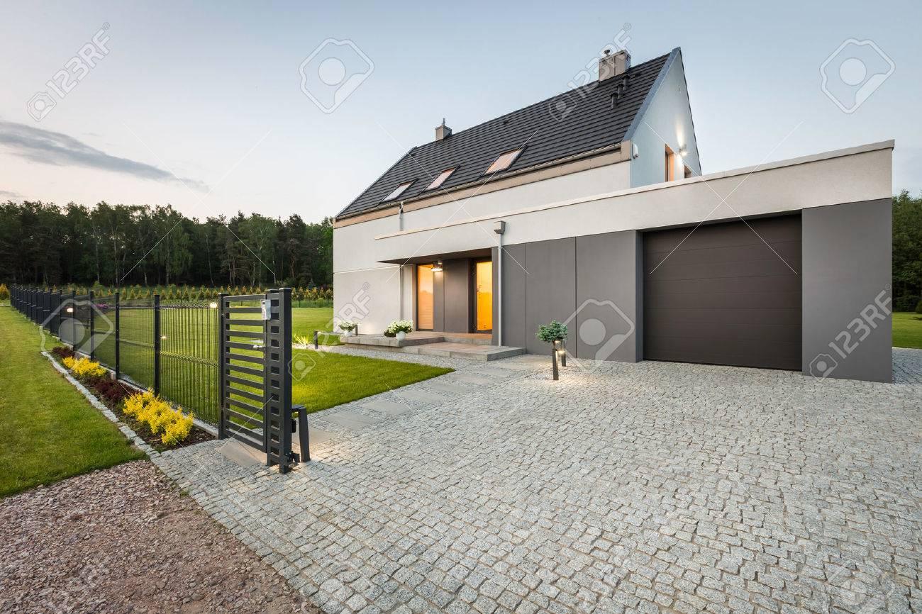 Stilvolle Villa Mit Zaun Garage Und Steinauffahrt Aussenansicht