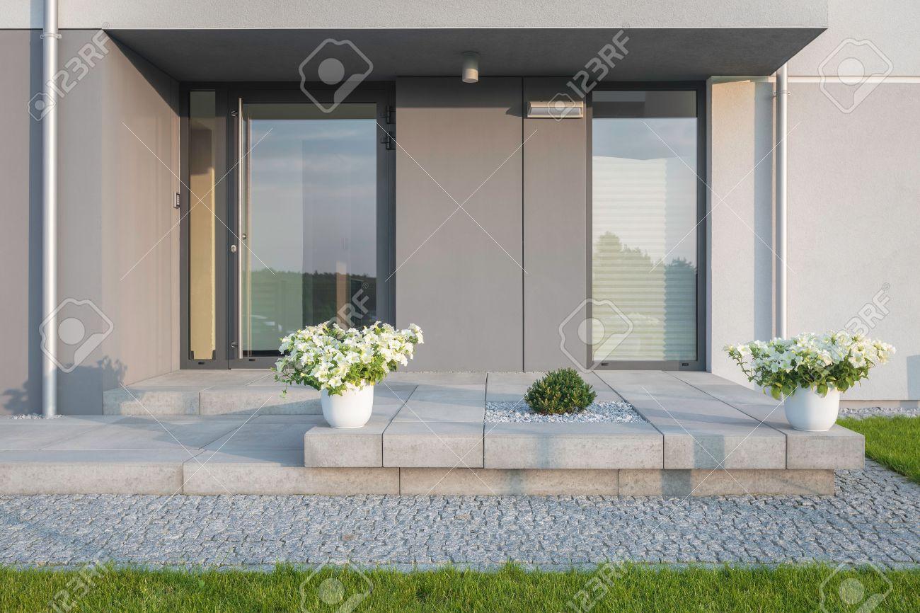 Grau Villa Mit Neuem Design Eingang, Rasen, Glastüren Und ...