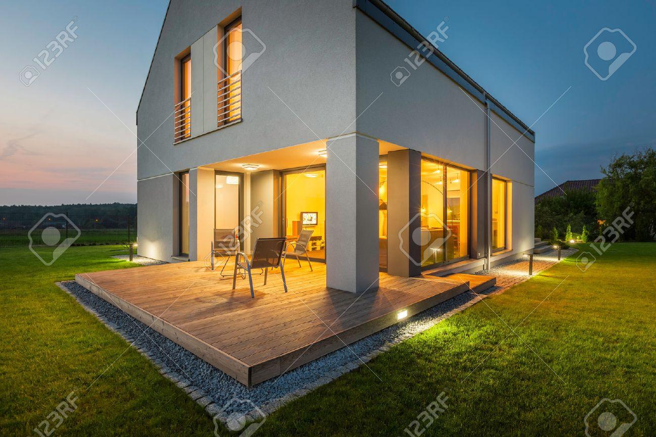 Picture of: Aussenansicht Eines Neuen Hauses In Der Nacht Mit Terrasse Und Aussenbeleuchtung Lizenzfreie Fotos Bilder Und Stock Fotografie Image 58747195