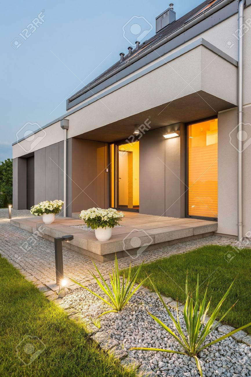 schöne moderne villa mit garten und dekorative außenbeleuchtung