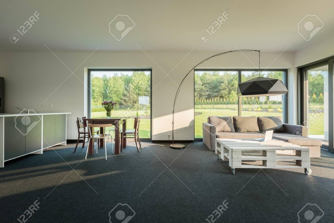 Entzückend Stehlampe Esstisch Dekoration Von Geräumige Inter Mit Sofa, Einen Kleinen Tisch,