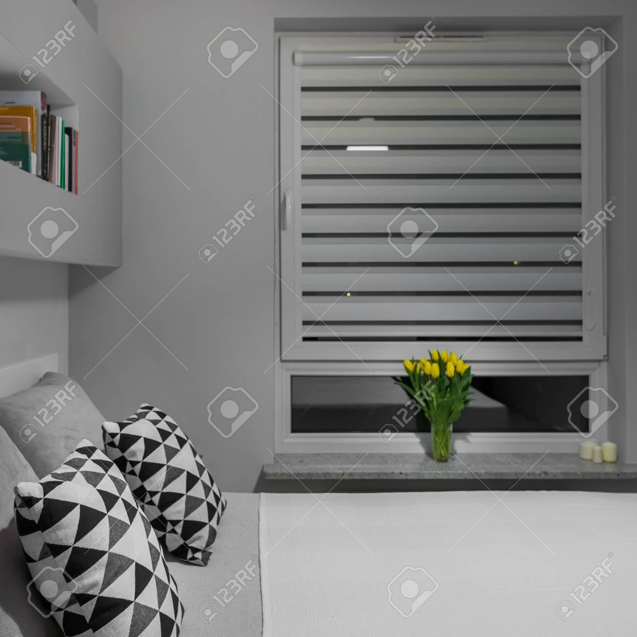 Gelbe Tulpen Auf Der Fensterbank In Weiß Und Grau Schlafzimmer