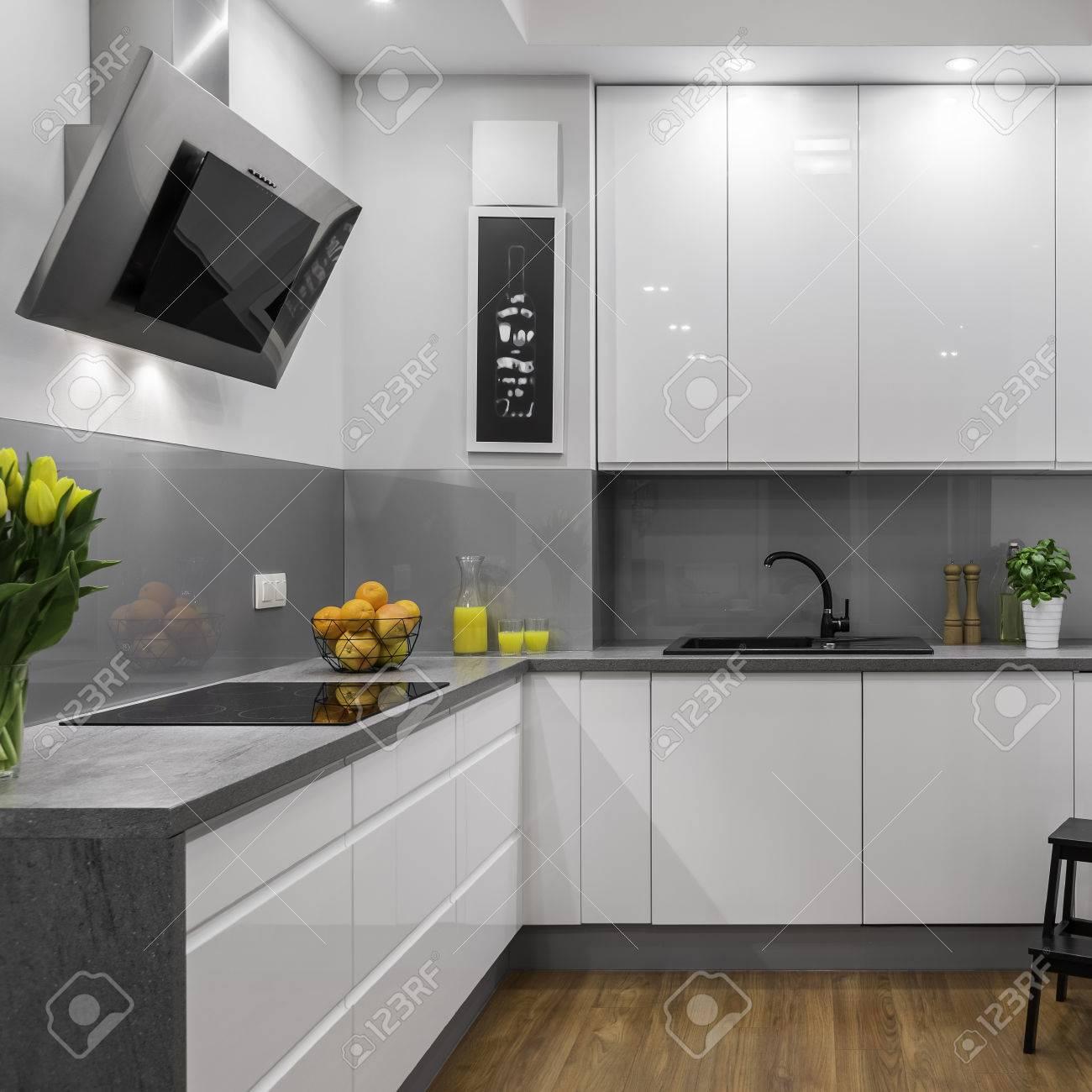 Moderne Kuche In Weissen Und Grauen Farben Lizenzfreie Fotos Bilder
