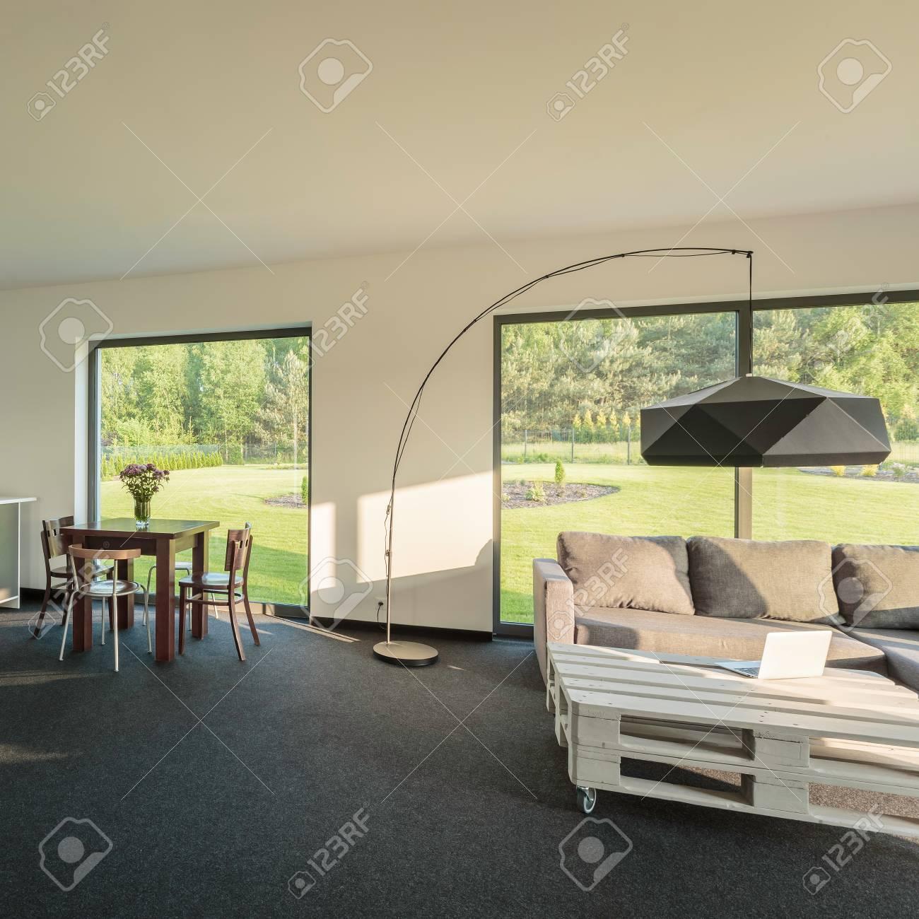 Lampe Salon Salle À Manger intérieur moderne et confortable avec salle à manger et salon avec grand  lampadaire au milieu