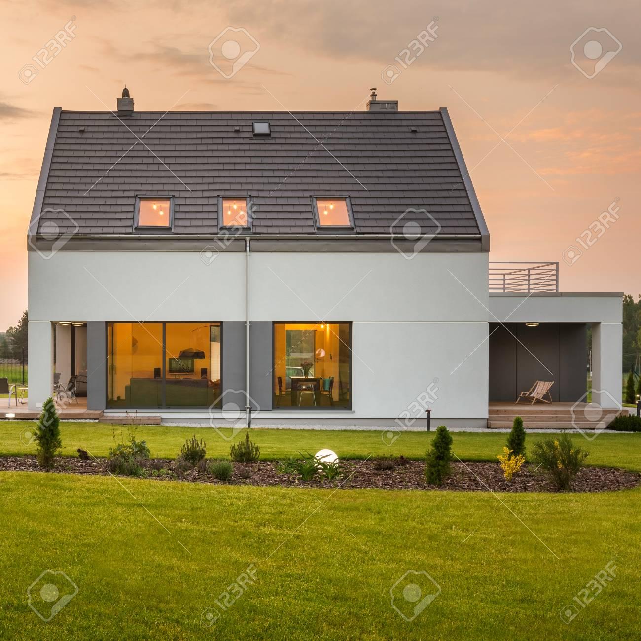 Maison Moderne Et Elegant Avec Grand Beau Jardin Banque D Images Et