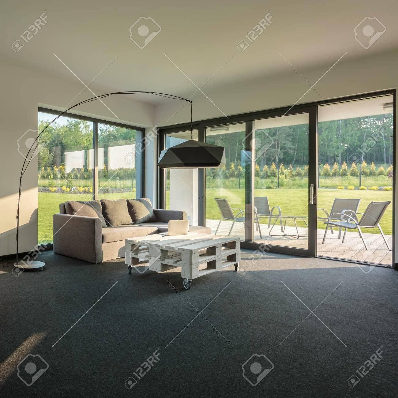 Einfache, Moderne Und Geräumige Wohnzimmer Inter Mit Großen Fenstern ...