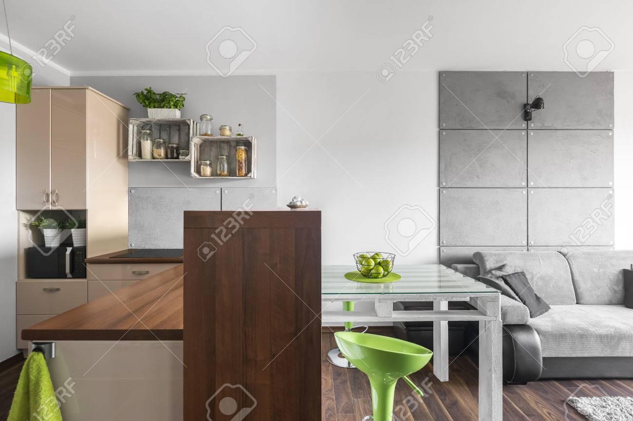 petite cuisine fonctionnelle ouverte à une salle de séjour lumineuse