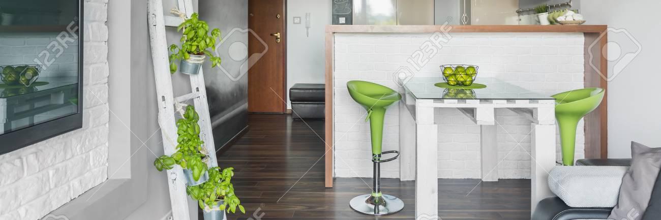 Panorama Der Kreativen Gestaltung In Grauen Wohnzimmer Mit Grünen  Dekorationen Standard Bild   59566596
